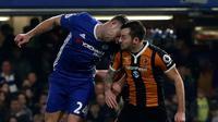 Gelandang Hull City Ryan Mason (kanan) mengalami cedera kepala setelah berbenturan dengan pemain Chelsea Gary Cahill (kiri) pada laga Premier League di Stamford Bridge, London, Minggu (22/1/2017). (AFP/Adrian Dennis)