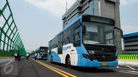 Bus transjakarta Koridor 13 (Ciledug-Tendean) berhenti saat uji coba di Halte Siskoal, Jakarta, Senin (15/5). Koridor ini direncanakan akan beroperasi pada Hari Ulang Tahun Kota Jakarta 22 Juni mendatang. (Liputan6.com/Gempur M Surya)