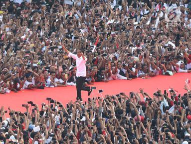 Capres 01 Joko Widodo berlari menyapa pendukungnya saat kampanye akbar bertajuk 'Konser Putih Bersatu' di Stadion Gelora Bung Karno, Jakarta, Sabtu (13/4). Dalam kampanyenya Jokowi mengajak  untuk mencoblos pasangan 01 Jokowi-Ma'ruf Amin saat Pemilu 2019. (Liputan6.com/Angga Yuniar)