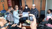 Keluarga Fadly Satrianto mendapat santunan Rp 50 juta dari Jasa Raharja. (Dian Kurniawan/Liputan6.com)