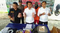 Polsek Lima Puluh Pekanbaru menangkap dua dukun palsu pengganda uang. (Liputan6.com/ M Syukur)