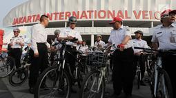 Gubernur DKI Jakarta Anies Baswedan (tengah) bersama jajaran bersiap melakukan test jalur sepeda dari Jakarta International Veldrome menuju Balai Kota DKI Jakarta, Jumat (20/9/2019). Anies mengajak masyarakat yang memiliki tujuan dekat beralih menggunakan sepeda. (Liputan6.com/Faizal Fanani)