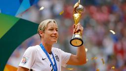 Abby Wambach, pemain timnas sepak bola wanita Amerika Serikat saat mengangkat Piala Dunia 2015 di Kanada. Abby diperkirakan menerima bayaran sebesar $190.000 sampai $300.000. (Getty Images/AFP/Kevin Cox)