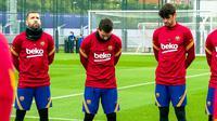 Prosesi mengheningkan cipta dilakukan Barcelona sebelum menggelar latihan di Ciutat Esportiva Joan Gamper, Jumat (27/11/2020) pagi WIB. (dok. FC Barcelona)
