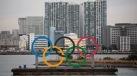 Kapal tongkang membawa Cincin Olimpiade di Distrik Odaiba, Tokyo, Jepang, Jumat (17/1/2020). Cincin Olimpiade dengan tinggi 15,3 meter dan panjang 32,6 meter tersebut akan berada di sana hingga Olimpiade 2020 berakhir. (AP Photo/Jae C. Hong)