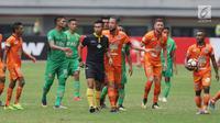 Pemain Borneo FC melakukan protes kepada wasit Aprisman Aranda saat laga melawan Bhayangkara FC di lanjutan Liga 1 Indonesia di Stadion Patriot Candrabhaga, Bekasi, Rabu (20/9). Bhayangkara FC unggul 2-1. (Liputan6.com/Helmi Fithriansyah)