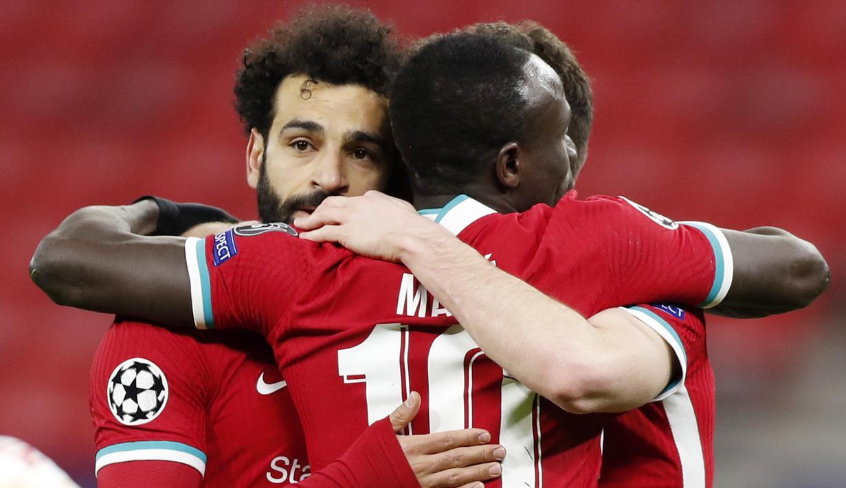 Para pemain Liverpool merayakan gol yang dicetak oleh Mohamed Salah ke gawang RB Leipzig pada laga Liga Champions di Puskas Arena, Kamis (11/3/2021). Liverpool menang dengan skor 2-0. (AP/Laszlo Balogh)