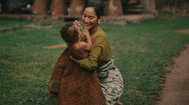 Keanggunan Tara Basro terpancar dalam balutan baju tradisional masyarakat Desa Tenganan Pegringsingan Karang Asem. Aktris 28 tahun ini terlihat sangat keibuan saat bercengkrama dengan anak kecil. (Liputan6/IG/tarabasro)