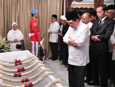 Jokowi Salati Jenazah BJ Habibie di Rumah Duka