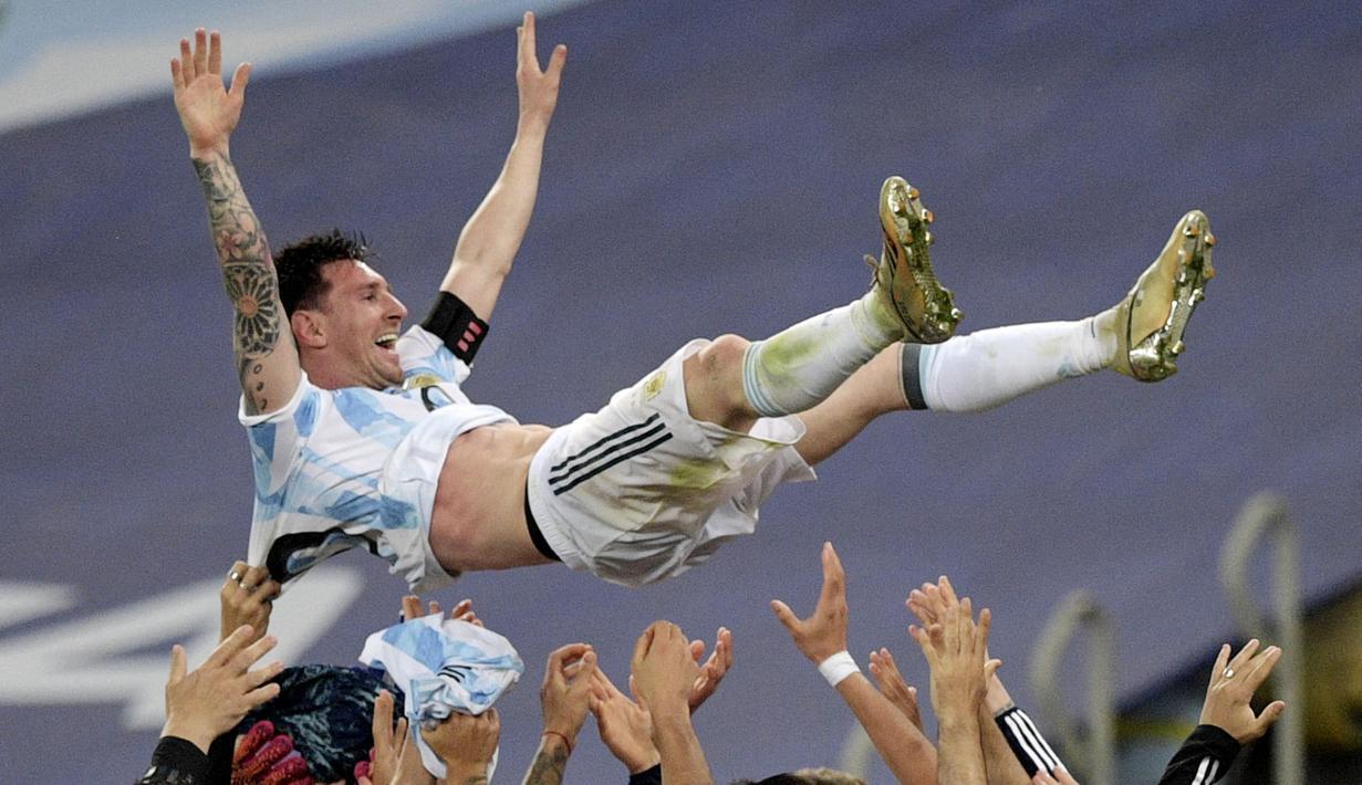 Megabintang Argentina, Lionel Messi, diangkat oleh rekan-rekannya usai berhasil membawa Tim Tango menaklukkan Brasil sekaligus mengunci gelar juara Copa America 2021 di Stadion Maracana, Rio de Janeiro, Brasil, Minggu (11/7/2021) .(Foto: AFP/Carl De Souza)