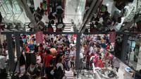 Keramaian pengunjung saat diskon besar-besaran di Matahari Pasaraya Manggarai, Jakarta, Sabtu (16/9). Menjelang penutupan gerai, Matahari Pasaraya Manggarai melakukan cuci gudang untuk menghabiskan stok barang yang ada (Liputan6.com/Faizal Fanani)