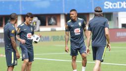 Gelandang Brasil, Philippe Coutinho, mengontrol bola saat latihan di Stadion Ernst Happel, Wina, Sabtu (9/6/2018). Latihan ini merupakan persiapan jelang laga ujicoba melawan Austria. (Bola.com/Reza Khomaini)