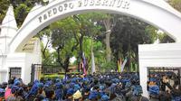 Ribuan orang dari suku Badui mendatangi kantor gubernur Banten. (Liputan6.com/Yandhi Deslatama)