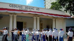 Latihan upacara ini digelar untuk mengibarkan sang saka merah putih di Gedung Joan 45 pada 17 Agustus mendatang. (Liputan6.com/Faizal Fanani)