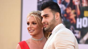 """Penyanyi pop, Britney Spears dan sang pacar, Sam Asghari menghadiri premier film """"Once Upon a Time in Hollywood"""" di TCL Chinese Theatre pada 22 Juli 2019. Penampilan tersebut merupakan penampilan perdana keduanya dalam sebuah acara resmi setelah berpacaran sejak 2016. (Jordan Strauss/Invision/AP)"""