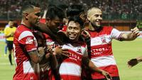 Andik Vermansah mencetak gol untuk Madura United melawan Arema FC di Stadion Gelora Madura, Pamekasan, Sabtu (20/7/2019). (Bola.com/Aditya Wany)