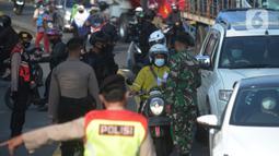 Petugas gabungan memeriksa sejumlah pengendara sepeda motor di pos penyekatan di Jalan Raya Bogor, Jakarta Timur, Selasa (6/7/2021). Petugas Gabungan Polri dan TNI menyiapkan kendaraan taktis untuk membantu penyekatan selama PPKM Darurat Jawa - Bali. (merdeka.com/Imam Buhori)