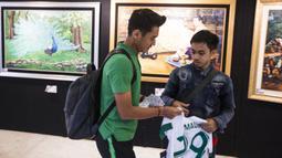 Pemain Timnas Indonesia, Septian David, memberikan tanda tangan kepada suporter yang menunggu di Hotel Sultan, Jakarta, Selasa (13/11). Timnas Indonesia akan melawan Timor Leste pada laga Piala AFF 2018. (Bola.com/Vitalis Yogi Trisna)
