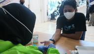 Seorang warga Palu yang juga jurnalis saat melakukan rapid tes mandiri, Jumat (15/5/2020). (Foto: Liputan6.com/ Heri Susanto).