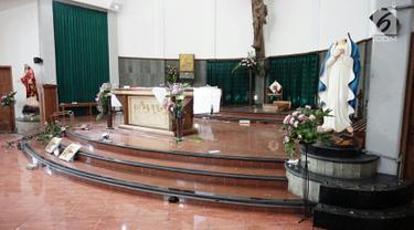 Kerusakan akibat penyerangan nampak di Gereja Santa Lidwina Bedog, Trihanggo, Sleman, Yogyakarta, Minggu (11/2). Penyerangan dilakukan oleh orang tak dikenal. (Liputan6.com/Arya Manggala)