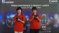 President and CEO Canon Singapore Noriko Gunji (kiri) dan Canon Division Director pt Datascrip Merry Harun memamerkan unit Canon EOS 6D Mark II. (Liputan6.com/ Agustin Setyo W).
