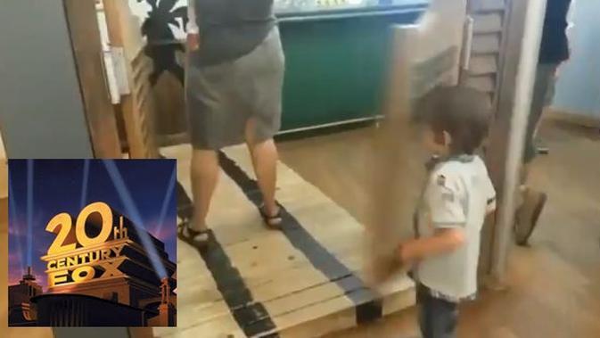 Kocak, Video Anak Kecil Terbentur Pintu Ini Diedit Pakai Backsound 20th Century Fox