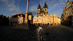 Seorang pria memberi hormat kepada para korban pandemi COVID-19 di Alun-Alun Kota Tua, Praha, Republik Ceko, Senin (29/3/2021). Republik Ceko dan Slovakia jadi antara negara terparah terkena dampak COVID-19, akhirnya mengalami beberapa perbaikan setelah penguncian ketat. (AP Photo/Petr David Josek)