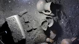 Peninggalan barang - barang yang ditemukan tur di reruntuhan pra Hispanik dari Zultepec - Tocoaque terletak di Mexico City, Meksiko, (18/11/2015). Para Arkeolog menemukan sebuah penemuan tentang peradaban suku Aztec. (REUTERS/Henry Romero)