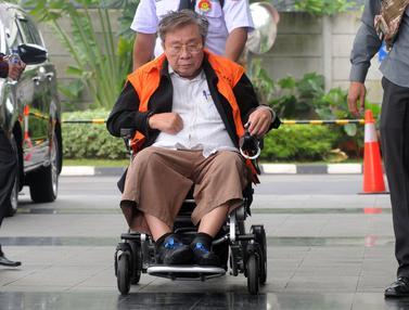 Tiba Menggunakan Kursi Roda, Dirut Budi Suharto Diperiksa KPK