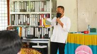 Ketua Gapki Riau Jatmiko K Santosa memberikan pemahaman tentang komoditas sawit yang menjadi andalan Indonesia saat pandemi Covid-19 kepada tenaga pendidik di Kabupaten Kampar. (Liputan6.com/M Syukur)