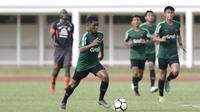 Gelandang Timnas Indonesia U-23, Billy Keraf, menggiring bola saat melawan Semen Padang pada laga ujicoba di Stadion Madya, Jakarta, Selasa (12/3). Keduanya bermain imbang 2-2. (Bola.com/Vitalis Yogi Trisna)
