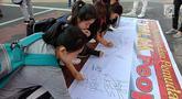 Masyarakat menandatangi spanduk petisi menolak gerakan people power saat car free day (CFD) di kawasan Thamrin, Jakarta, Minggu (19/5/2019). Aliansi Mahasiswa dan Pemuda Cinta NKRI mengajak masyarakat menandatangani petisi mendukung KPU dan Bawaslu pasca Pilpres 2019. (Liputan6.com/Faizal Fanani)