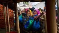 Sejumlah wanita Rohingya menunggu untuk menerima bahan makanan di kamp pengungsi Jamtoly, Bangladesh (15/1). Para pejabat Myanmar dan Bangladesh telah berdiskusi membahas kesepakatan repatriasi atau pemulangan etnis Rohingya. (AP Photo / Manish Swarup)