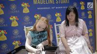 Model Madeline Stuart menandatangani foto dirinya untuk penggemar selama meet and greet di Alleira Batik Plaza Indonesia, Jakarta, Rabu (20/3). Madeline Stuart adalah model penderita down syndrome pertama asal Australia. (Liputan6.com/Faizal Fanani)