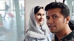 Meski sederhana, Arumi Bachsin selalu tampil anggun saat mendampingi sang suami. Padu padan baju dan kerudung senada juga kerap menjadi andalan Arumi. (Liputan6.com/IG/@emildardak)
