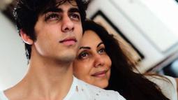 Pria yang lahir pada tanggal 13 November 1997 ini tampak bersama sang ibu, Gauri Khan. Saat ini, Aryan sedang menempuh kuliah di University of Southern California. (Liputan6.com/IG/@___aryan___)