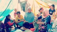 Wajah senang korban gempa Lombok di pengungsian saat menerima bantuan pakaian. (Liputan6.com/Sunariyah)