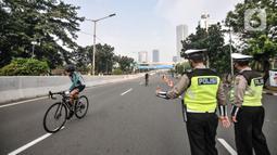 Petugas Dishub dan kepolisian saat menjaga jalannya uji coba lintasan Road Bike di JLNT Kampung Melayu-Tanah Abang, Jakarta, Minggu (23/5/2021). Uji coba lintasan Road Bike tersebut sebagai langkah untuk memfasilitasi arena bagi para pesepeda balap di Ibu Kota. (merdeka.com/Iqbal S Nugroho)
