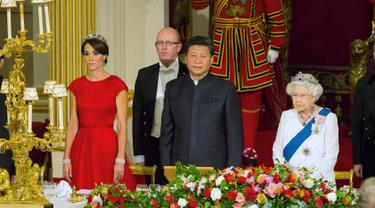 Duchess of Cambridge Kate Middleton, Presiden China Xi Jinping dan Ratu Elizabeth II saat jamuan kenegaraan di Istana Buckingham, London, Selasa (20/10). Presiden Xi Jinping melakukan lawatan selama empat hari ke Inggris. (Reuters/Dominic Lipinski/Pool)