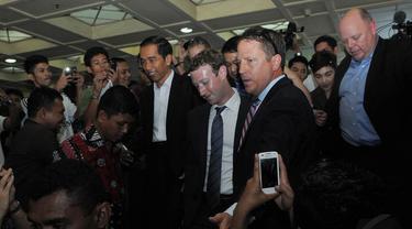 Jokowi mengajak bos Facebook Mark Zuckerberg blusukan ke Pasar Blok A Tanah Abang, Jakarta, (13/10/14). (Liputan6.com/Herman Zakharia)