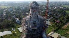 Foto udara pada 18 Mei 2019 memperlihatkan patung Buddha raksasa yang sedang dibangun di pagoda Khai Nguyen di distrik Son Tay, pinggiran Hanoi. Vietnam akan memiliki salah satu patung Buddha terbesar se-Asia Tenggara ketika pembangunannya selesai. (Photo by Manan VATSYAYANA/AFP)