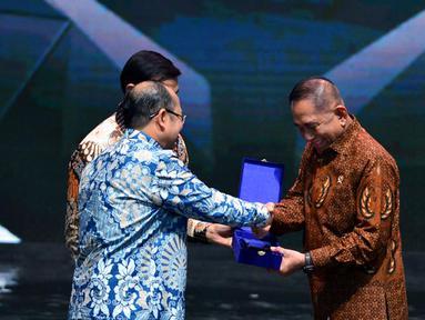 Ketua Ombudsman RI (ORI), Amzulian Rifai memberikan piagam Penganugerahan Predikat Kepatuhan Standar Pelayanan Publik kepada Menteri Pertahanan RI, Ryamizard Ryacudu di Auditorium TVRI, Jakarta, Senin (12/10). (Liputan6.com/Pool/Kemenhan)