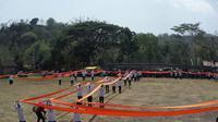 Stagen sepanjang 1.016 meter yang digelar di lapangan Candi Banyunibo Sleman memecahkan rekor MURI dan dunia sebagai stagen tenun terpanjang (Liputan6.com/ Switzy Sabandar)