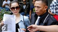 Rere Regina bersama pengacaranya melaporkan istri Charly van Houten, Regina Irawan dengan tuduhan penghinaan dan pencemaran nama baik ke Polda Metro Jaya, Jumat (25/9/2015). [Foto: Yoppy Renato/Liputan6.com]