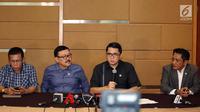 Wakil Ketua Pansus Hak Angket KPK Eddy Kusuma Wijaya (tengah) didampingi anggota Masinton Pasaribu (kiri), Arteria Dahlan (kedua kanan) memberikan keterangan pers terkait Ketua KPK Agus Rahardjo di Jakarta, Senin (20/9). (Liputan6.com/Johan Tallo)