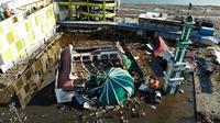 Pandangan udara memperlihatkan sebuah masjid runtuh, Palu, Sulawesi Tengah, Senin (1/10). Gelombang setinggi lima meter menghantam daratan Donggala dan Palu sehingga menghancurkan bangunan dan menghanyutkan kendaraan. (JEWEL SAMAD/AFP)