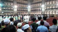 Warga Nadliyin saat menggelar doa bersama di Masjdi Istiqlal, Jakarta, Sabtu (5/9/2015). (Liputan6.com/Nafiysul Qodar)