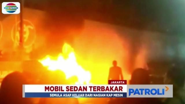 Api baru berhasil dipadamkan setelah petugas damkar menerjunkan satu unit mobil pemadamnya.
