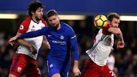 Pemain Chelsea, Oliver Giroud berebut bola dengan pemain West Bromwich Albion, Ahmed Hegazi dan Craig Dawson pada laga pekan ke-27 Premier League di Stamford Bridge, Selasa (13/2). The Blues membenamkan West Bromwich Albion 3-0. (AP/Alastair Grant)