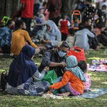 Pengunjung berwisata di Taman Mini Indonesia Indah (TMII), Jakarta, Sabtu (15/5/2021). Banyak warga memilih berwisata ke TMII untuk menghabiskan waktu libur Lebaran. (Liputan6.com/Faizal Fanani)
